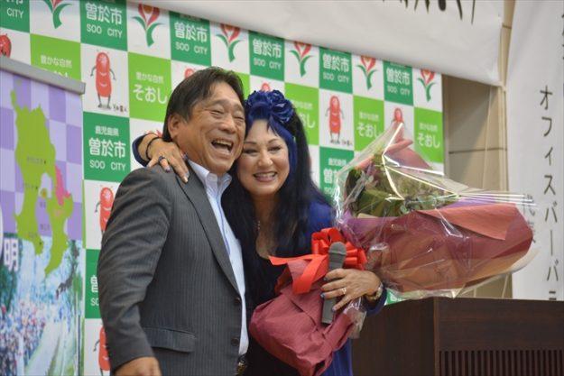後に曽於市長からの花束贈呈